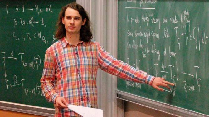 2017년 3월 프랑스 고등과학연구소에서 자신의 연구를 설명하고 있는 숄체 교수 - Youtube 제공